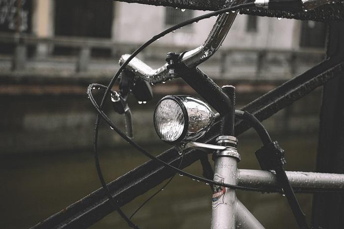 Guidare la bici elettrica con la pioggia